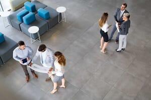 Imagen de emprendedores discutiendo en su empresa.